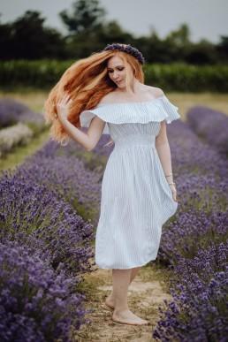 ruda dziewczyna na polu lawendy
