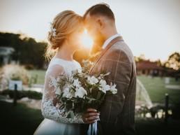 Natalia i Łukasz - Rustykalny ślub - Dworek Komorno - Szklarnia słoneczników - Pole lawendy 4