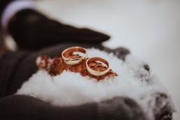 obrączki na śniegu