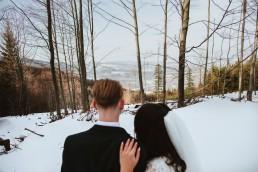 Para Młoda spoglądająca na góry