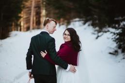 zimowy plener ślubny z sankami