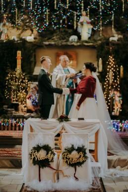 świąteczna dekoracja kościoła na ślub