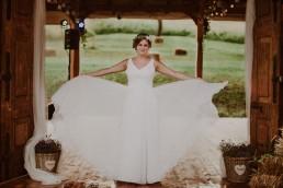 Rustykalna Pani Młoda w weselnej stodole