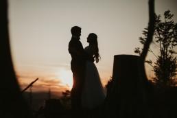 plener ślubny przy zachodzącym slońcu