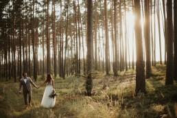 para młoda w lesie