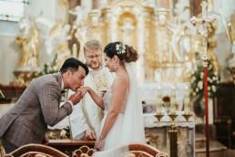 całowanie obrączki na ślubie