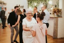 jak ubrać babcię na wesele