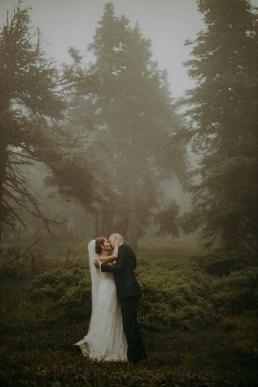 Plener ślubny w deszczu i mgle