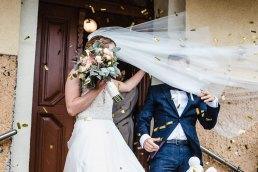 złote konfetti na ślubie